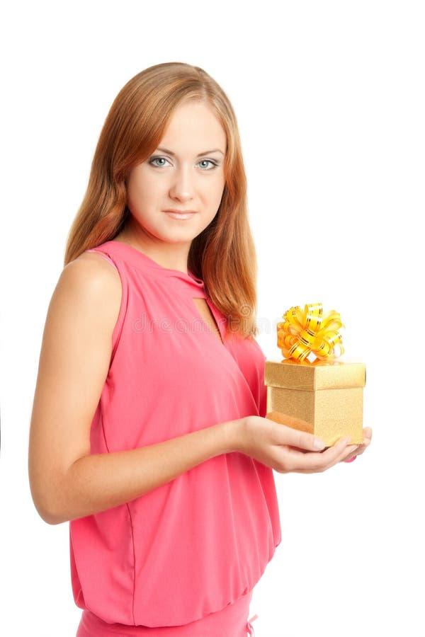 Donna felice che tiene un contenitore di regalo immagine stock