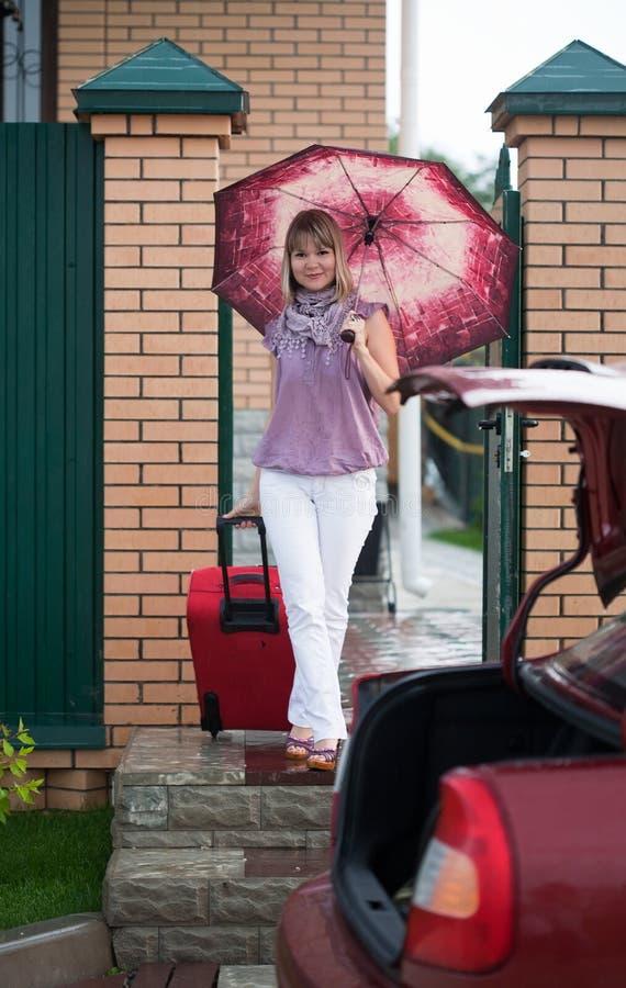 Donna Felice Con Bagagli Fotografia Stock Libera da Diritti