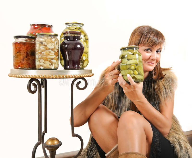 Donna felice con i sottaceti casalinghi fotografie stock libere da diritti