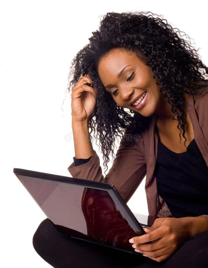 Donna felice con il computer portatile immagini stock libere da diritti