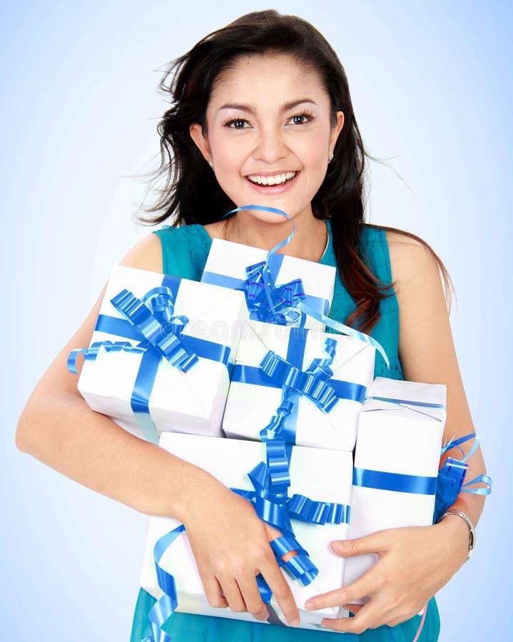 Donna felice con il contenitore di regalo immagine stock