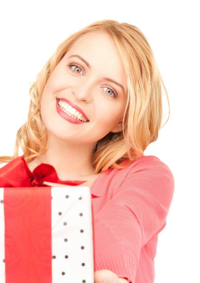 Donna felice con il contenitore di regalo immagini stock