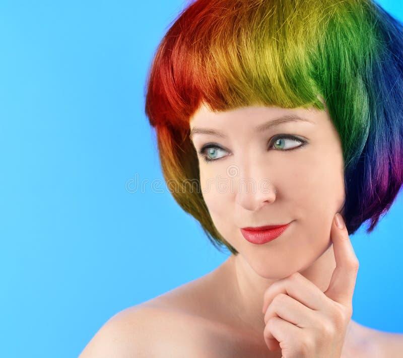 Donna felice con il pensiero dei capelli del Rainbow immagine stock