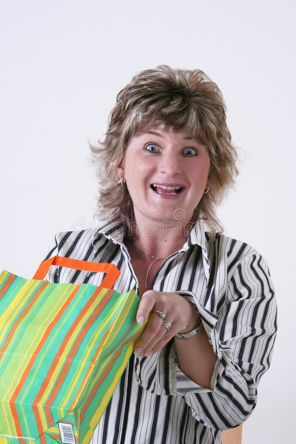Donna felice con il sacchetto di acquisto immagine stock libera da diritti