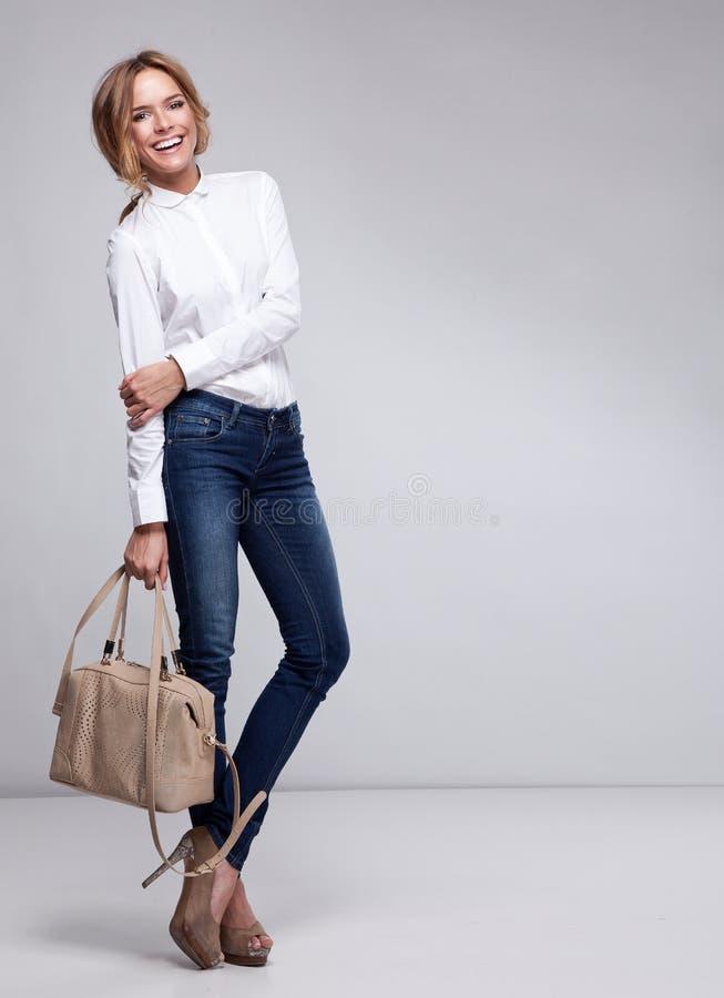 Donna felice con la borsa fotografie stock