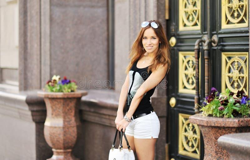 Donna felice con la borsa dopo la compera immagine stock libera da diritti