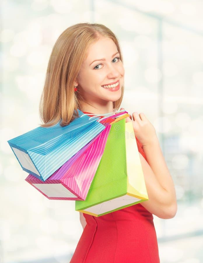 Donna felice con la borsa su un acquisto nel centro commerciale fotografia stock libera da diritti