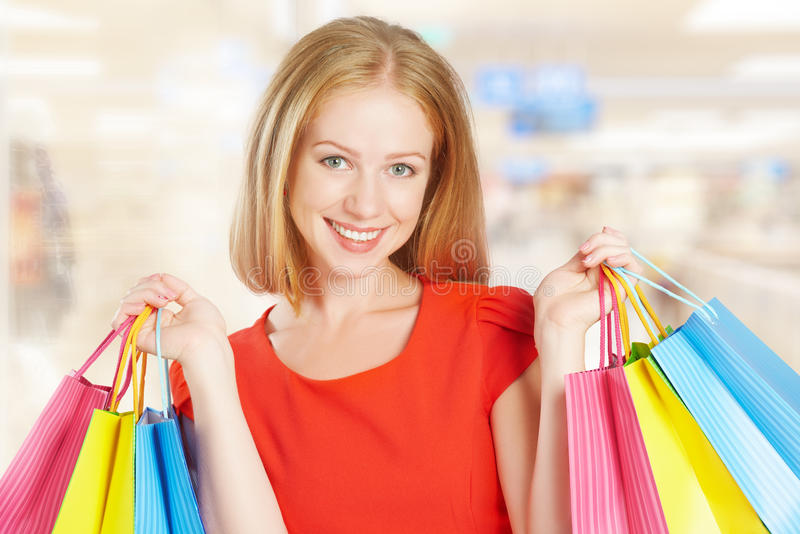 Donna felice con la borsa su un acquisto nel centro commerciale immagine stock libera da diritti
