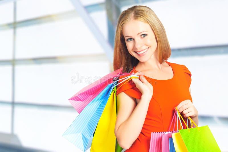 Donna felice con la borsa su un acquisto nel centro commerciale immagini stock