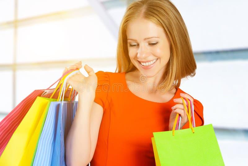 Donna felice con la borsa su un acquisto nel centro commerciale fotografie stock