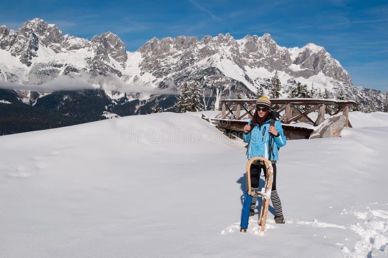 Donna felice con la slitta in neve immagini stock libere da diritti