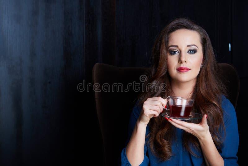 Donna felice con la tazza di tè fotografia stock libera da diritti