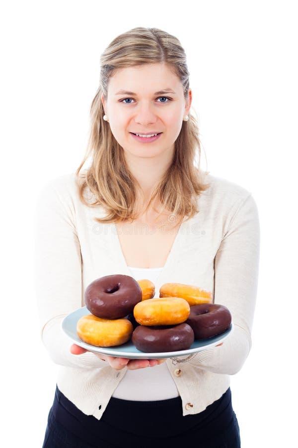 Donna felice con le guarnizioni di gomma piuma dolci squisite fotografia stock libera da diritti
