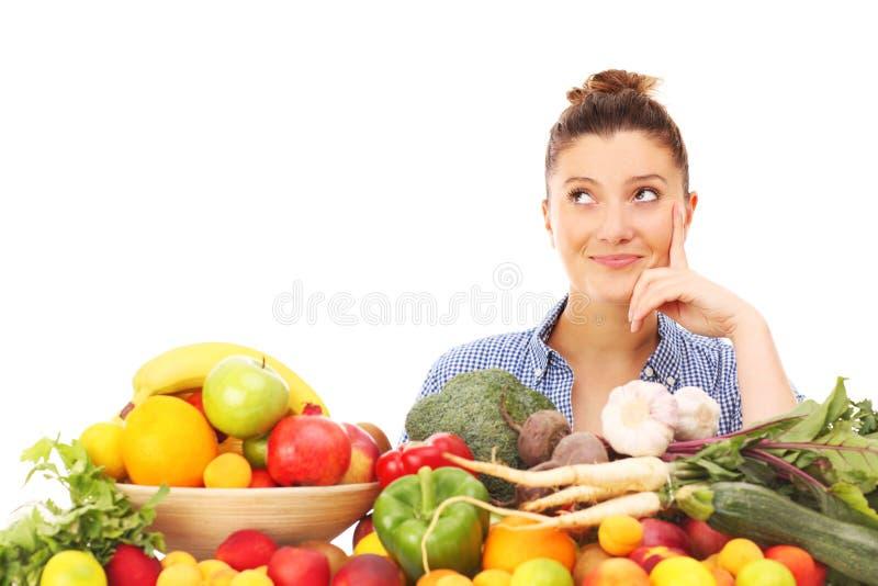 Donna felice con le verdure e la frutta immagini stock