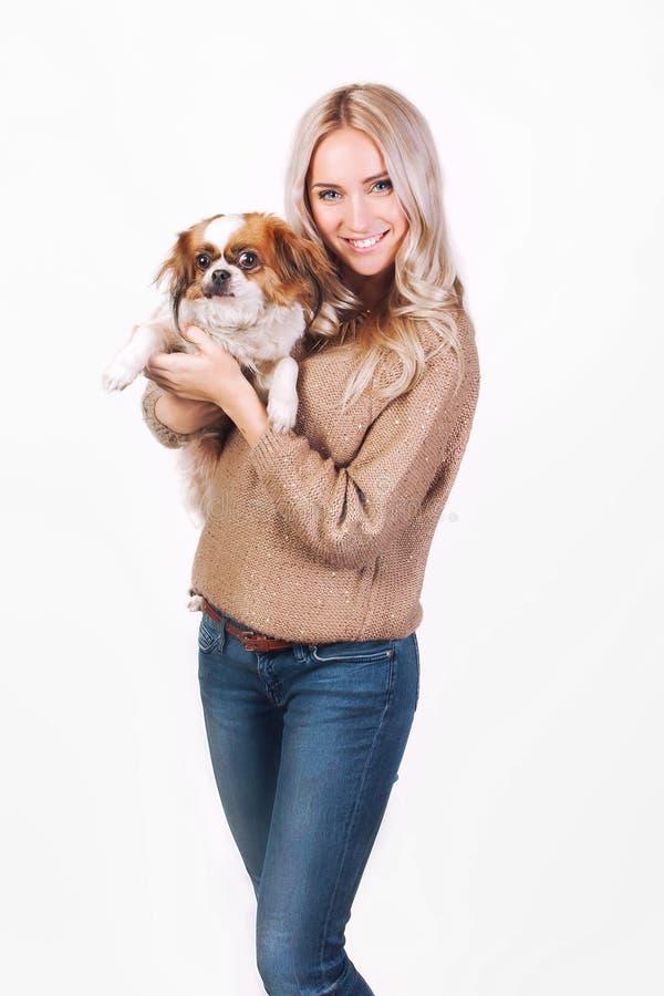 Donna felice con un cane di pechinese immagini stock