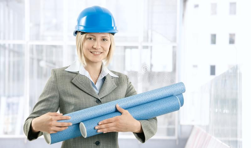 Donna felice dell'architetto con il programma di lavoro immagini stock libere da diritti