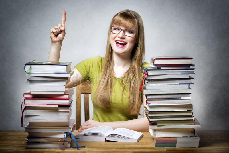 Donna felice dello studente con i libri immagine stock libera da diritti