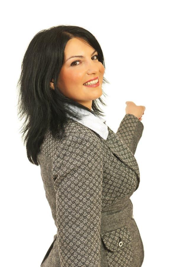 Donna felice di affari che indica indietro immagini stock