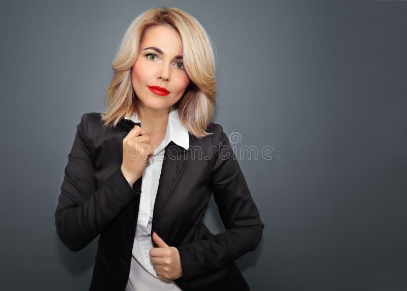 Donna felice di affari in rivestimento nero e labbra rosse immagine stock