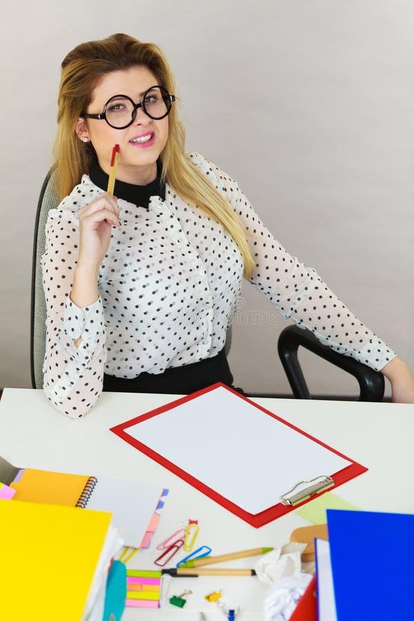 Donna felice di affari in ufficio fotografia stock libera da diritti