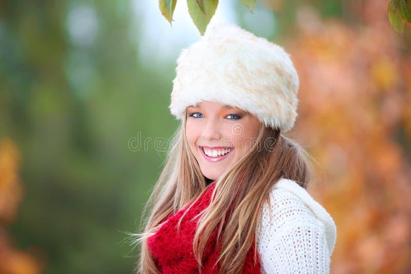 Donna felice di autunno immagini stock libere da diritti