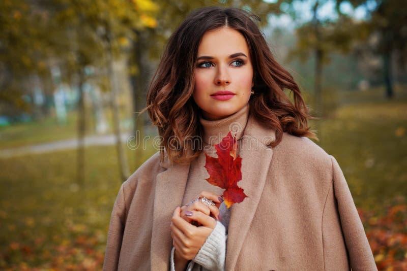 Donna felice di autunno all'aperto su fondo variopinto fotografia stock