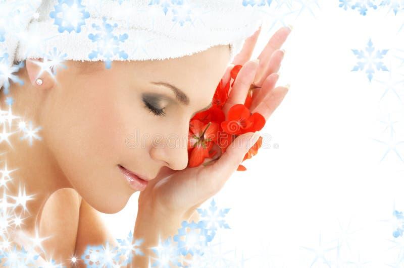 Download Donna Felice Di Colore Rosso Dei Petali Del Fiore Fotografia Stock - Immagine di aromatherapy, armonia: 7303952