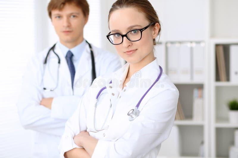 Donna felice di medico con il personale medico all'ospedale fotografia stock