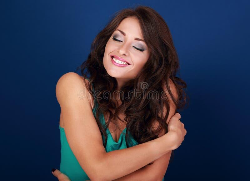 Donna felice di trucco che si abbraccia con il enjoyi emozionale naturale immagini stock