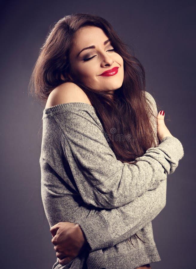 Donna felice di trucco con rossetto rosso che si abbraccia con il natura fotografia stock libera da diritti