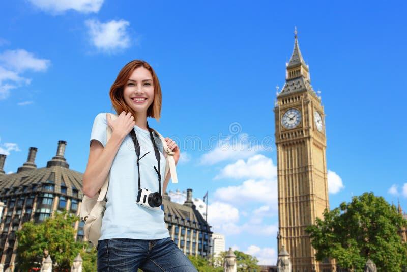 Donna felice di viaggio a Londra immagine stock