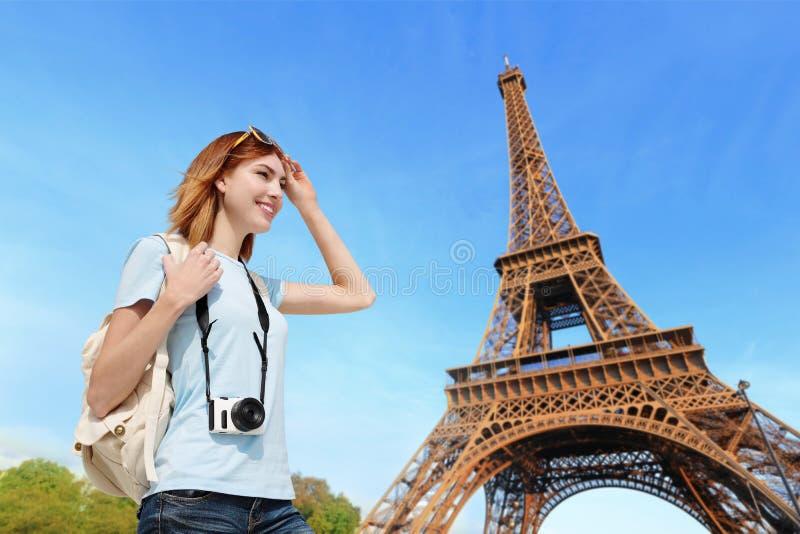 Donna felice di viaggio a Parigi immagine stock libera da diritti