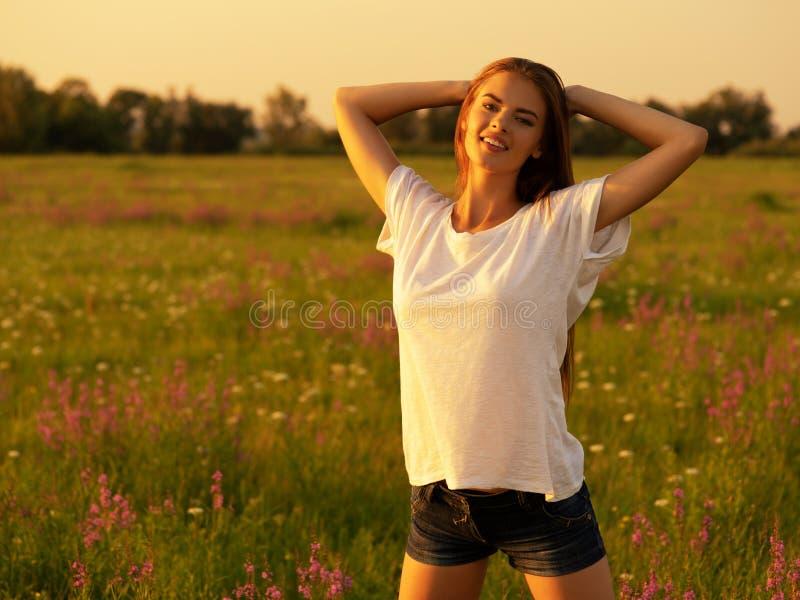 Donna felice e serena di comportamento all'aperto fotografie stock libere da diritti