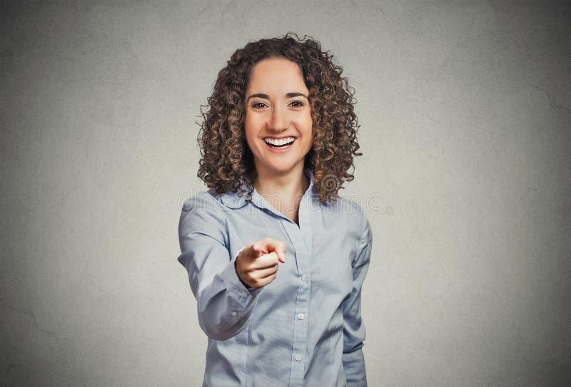 Donna felice emozionante che sorride, ridendo, indicando dito voi fotografie stock libere da diritti