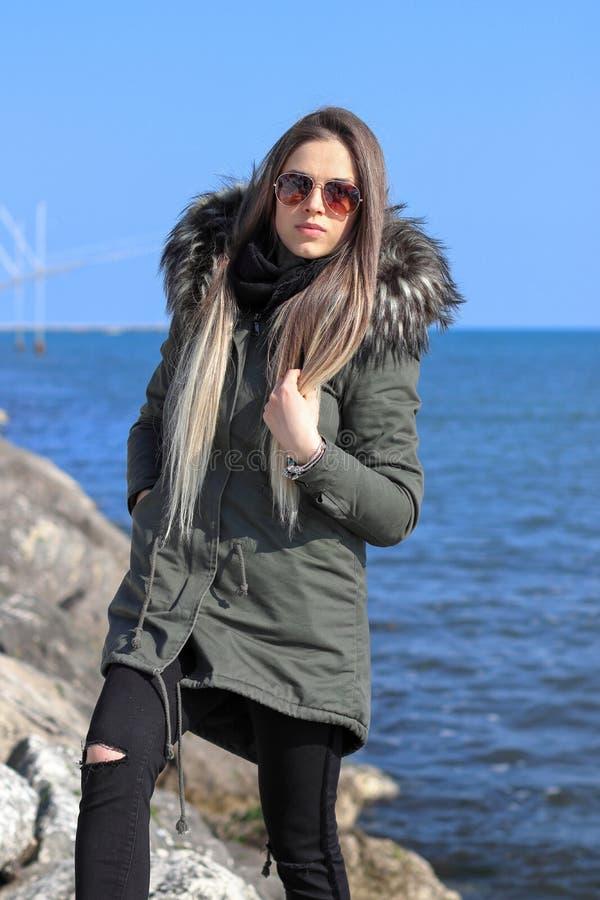 Donna felice La bella ragazza bionda, modello, cammina vicino al mare La Diga, Veneto, Italia fotografia stock libera da diritti