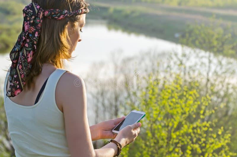 Donna felice libera che gode della natura Ragazza di bellezza all'aperto Libertà c fotografie stock