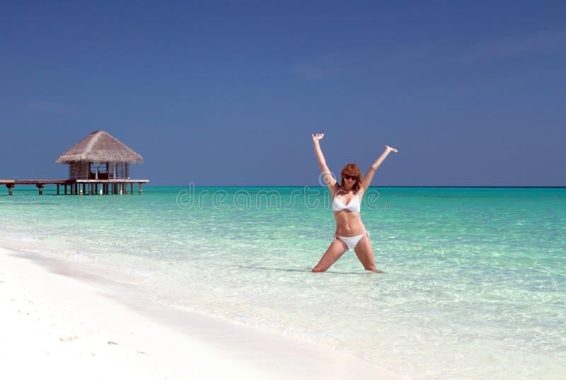 Donna felice in Maldive immagine stock libera da diritti