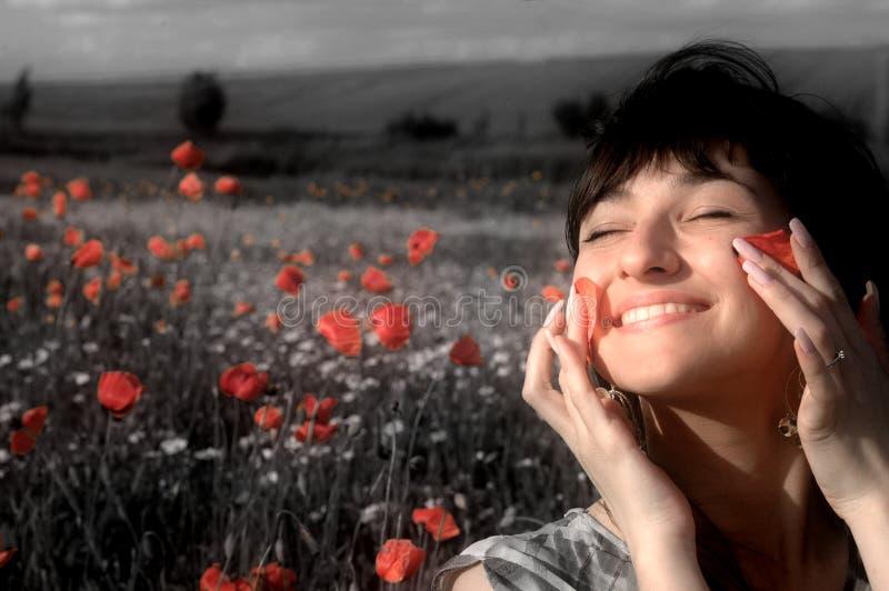 Donna felice nel campo del papavero immagini stock libere da diritti