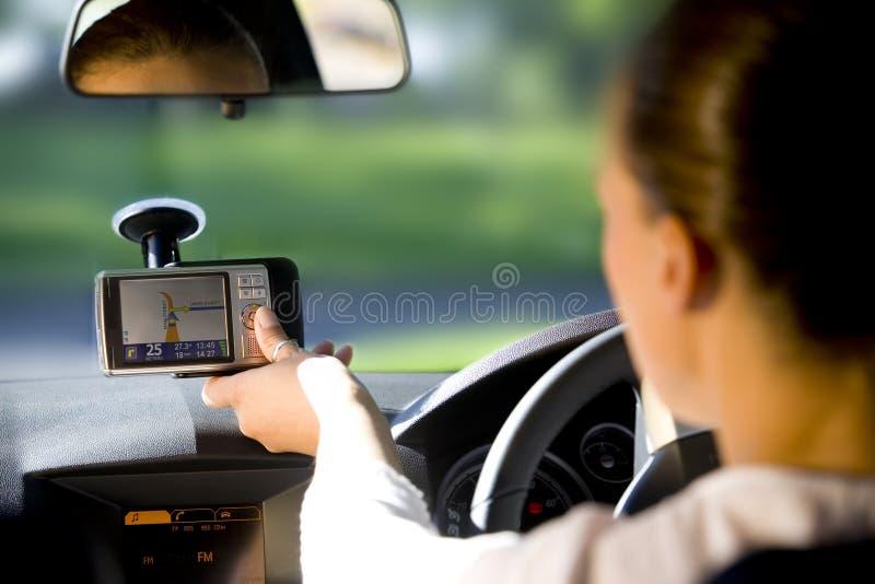 Donna felice nell'automobile immagini stock