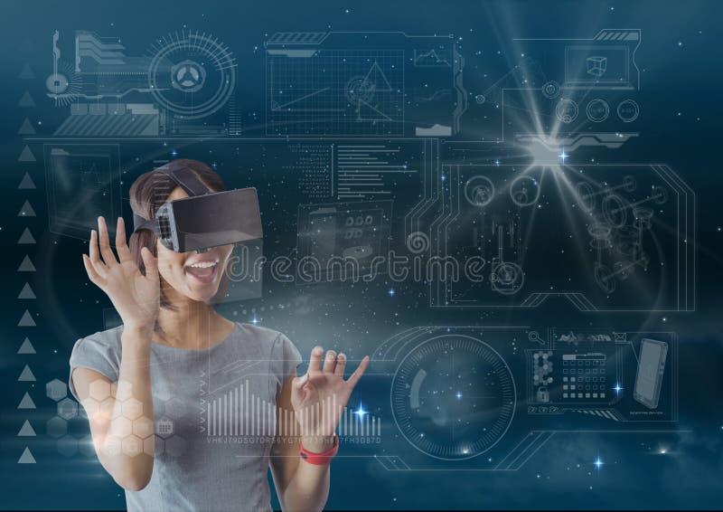 Donna felice nell'interfaccia commovente della cuffia avricolare di VR contro cielo blu con i chiarori e le stelle fotografie stock libere da diritti