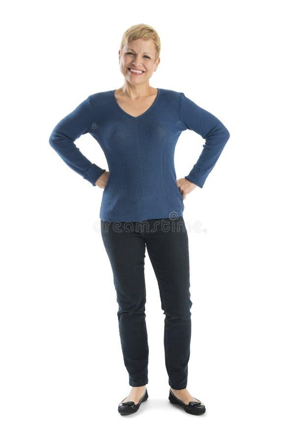 Donna felice nella condizione casuale con le mani sulle anche fotografia stock