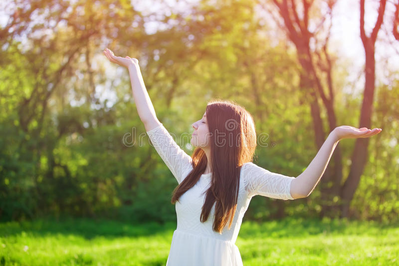 Donna felice nella foresta di primavera fotografia stock