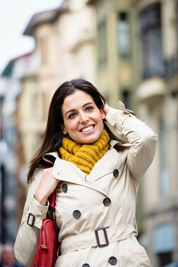Donna felice soddisfatta che cammina giù la via fotografia stock libera da diritti