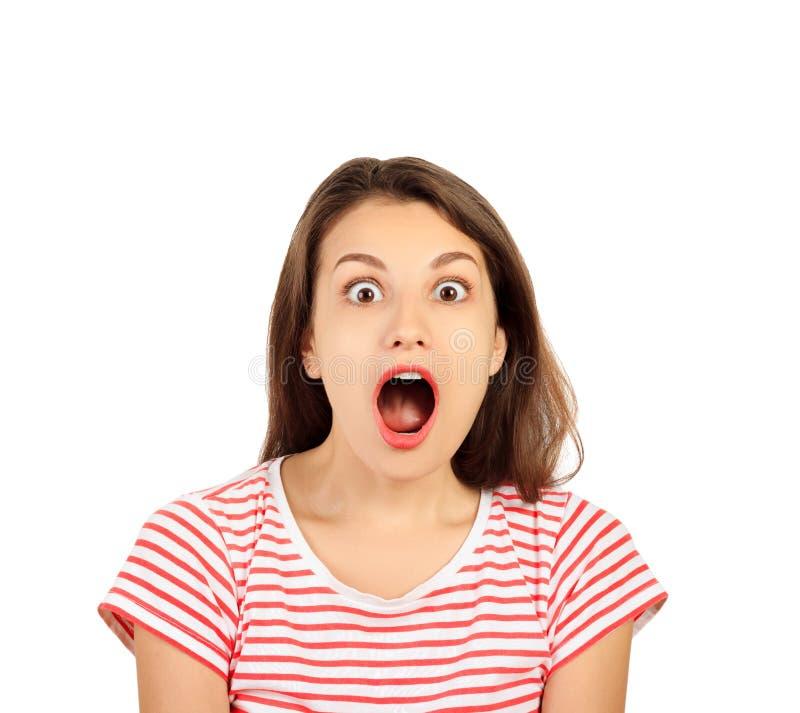 Donna felice sorpresa che esamina la macchina fotografica ragazza emozionale isolata su fondo bianco immagini stock libere da diritti