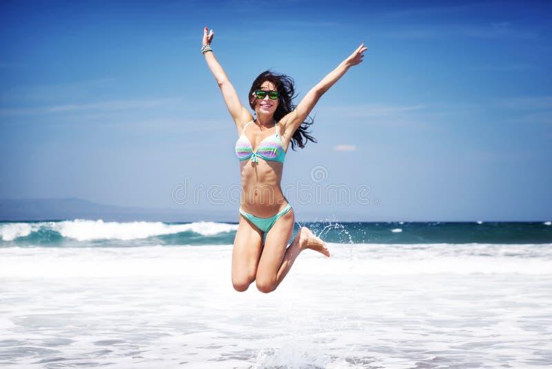 Donna felice su una spiaggia immagini stock