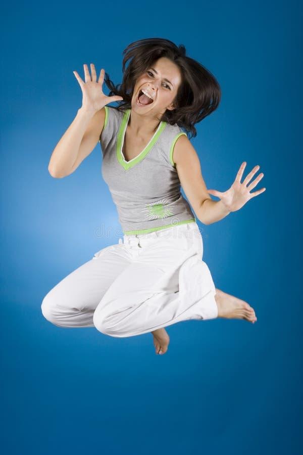 Donna felice sui precedenti blu fotografia stock libera da diritti
