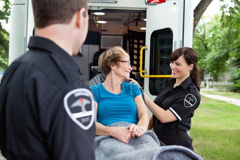 Donna felice sull'ambulanza fotografia stock