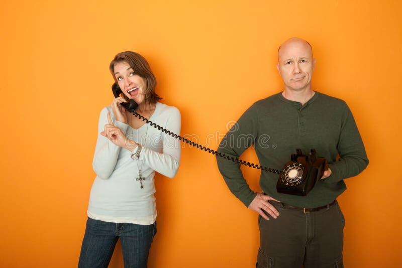 Donna felice sulla conversazione telefonica fotografia stock