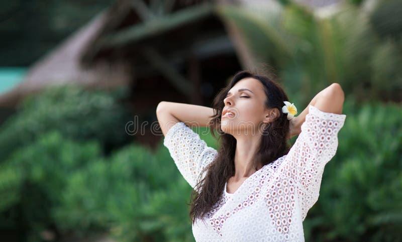Donna felice sulla spiaggia dell'oceano fotografia stock libera da diritti
