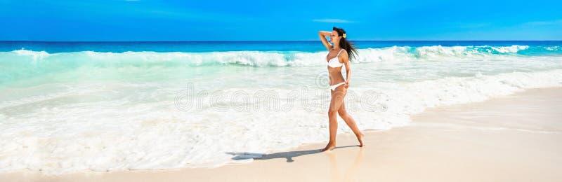Donna felice sulla spiaggia dell'oceano fotografie stock